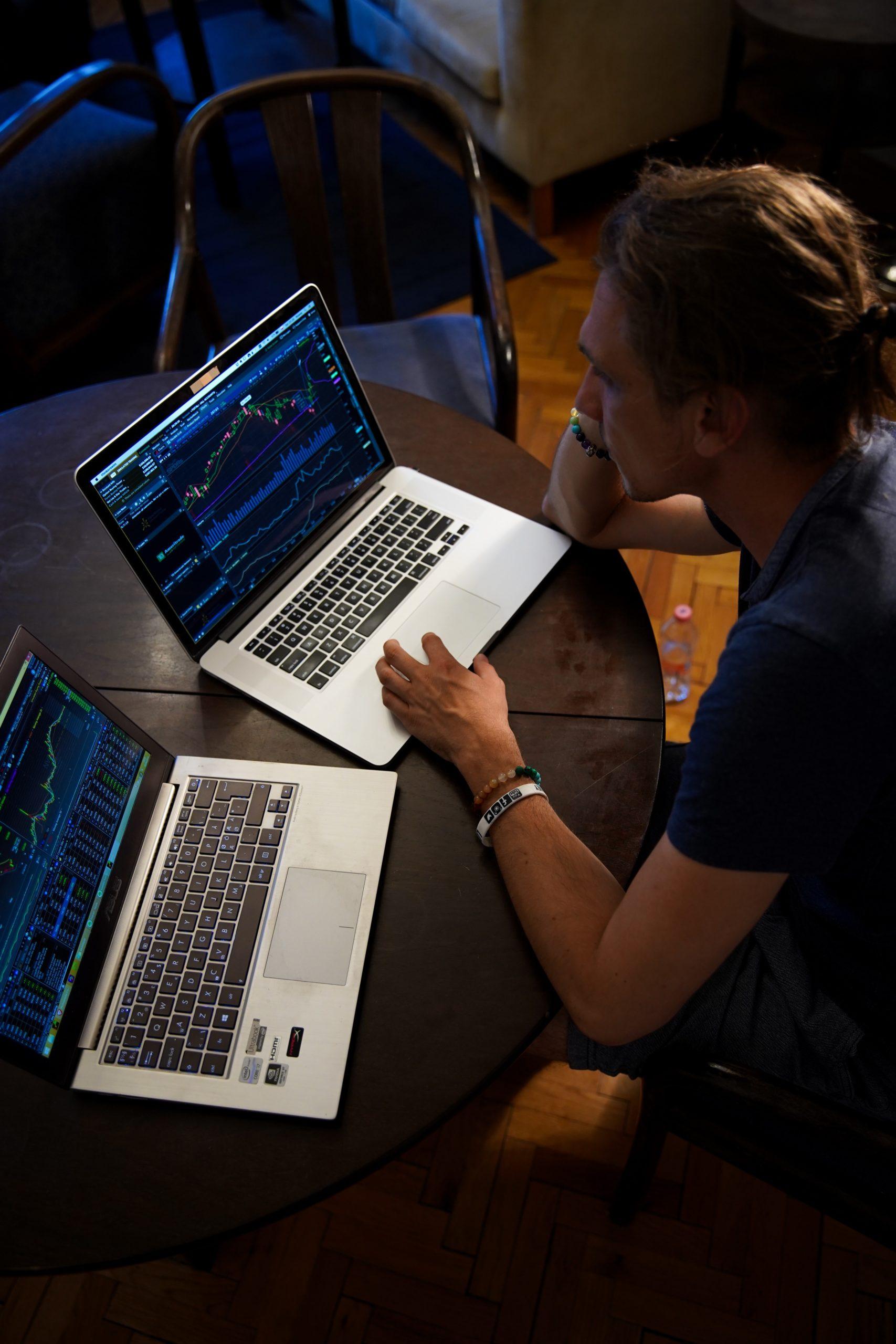 Handel na giełdzie za pomocą laptopa